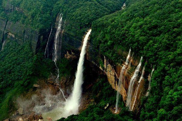 https://traveljee.com/wp-content/uploads/2019/05/nohkalikai-waterfalls1-600x400.jpg